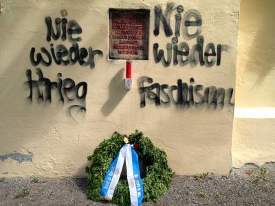 Bild: An der Weinbergkapelle abgelegte Kranz des Stahlhelm B.d.F.. In der Woche zuvor hatten Unbekannte einen antifaschistischen Spruch an die Kapellenwand gesprayd.